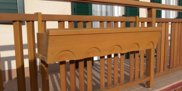 balcone-con-fioriera-arredo-legno