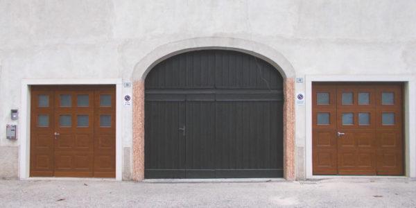porta-ingresso-e-portone-sezionale-esteticamente-identici-1