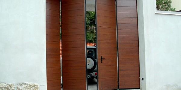 portone-garage-a-libro-rivestito-legno-con-porta-pedonale