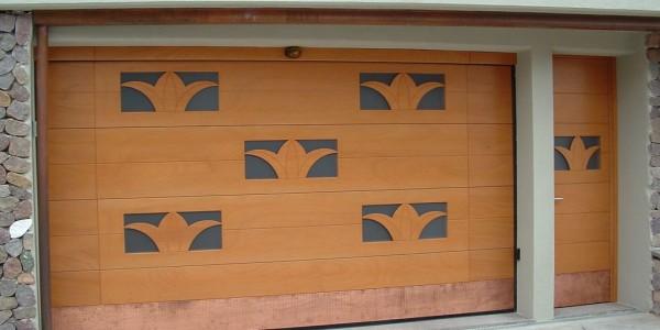 portone-garage-okume-con-vetri-a-disegno-e-porta-laterale