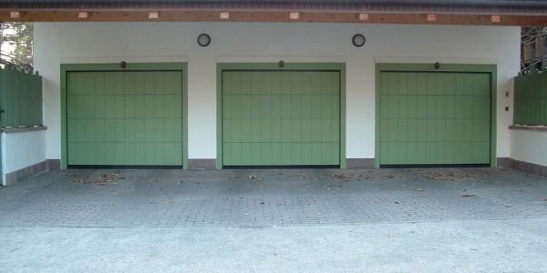 portone-sezionale-okume-doghe-verticali